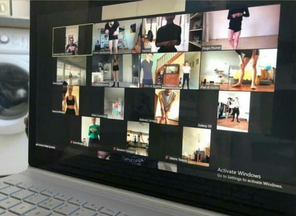 Sur son ordinateur portable, Hugo Prunet suit des cours en direct depuis un appel en visio conférence sur l'application Zoom. Les danseurs s'y donnent rendez-vous pour suivre la classe tous ensemble, chacun chez soi.