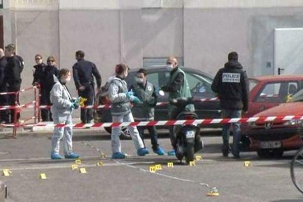Le double meurtre à la kalachnikov a eu lieu de jour et près d'un centre commercial