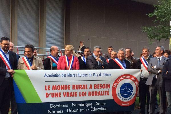 Plus de 150 maires ruraux se sont rassemblés ce dimanche 24 septembre devant la Maison des sport de Clermont-Ferrand, lieu où se tient le scrutin des sénatoriales. Ils ont interpellé les futurs sénateurs afin de demander une grande loi sur la ruralité.