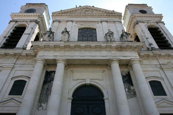 La façade de la cathédrale de Montauban dont les travaux ont commencé en 1692.