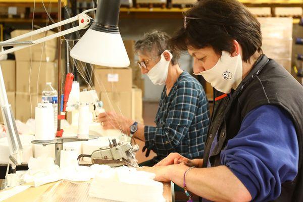 Fabrication de masques en tissu dans l'entreprise Malterre de Moreuil