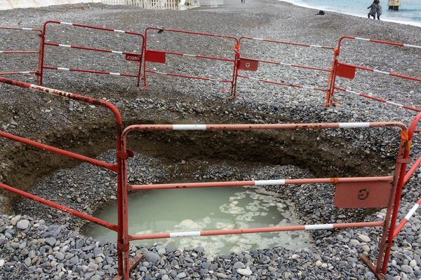 On connaissait à Nice, le trou dans la chaussée survenu il y a quelques mois, voici le trou dans la plage !