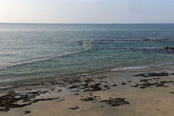 La plage du Plat Gousset à Granville et sa piscine d'eau de mer à marée haute.