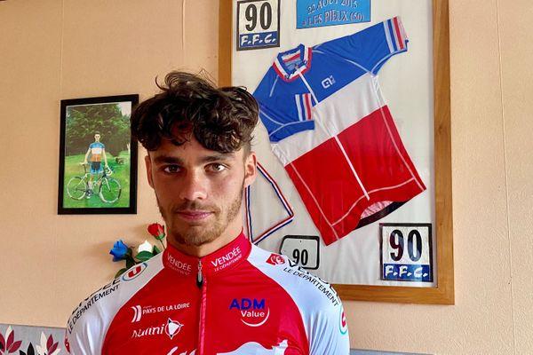 En 2015, Théo Menant devient Champion de France juniors. Son maillot trône aujourd'hui dans le salon familial.