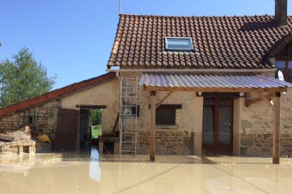 La cour de la maison de Jérémy Martin à Colombiers sous une épaisse couche de boue et d'eau.
