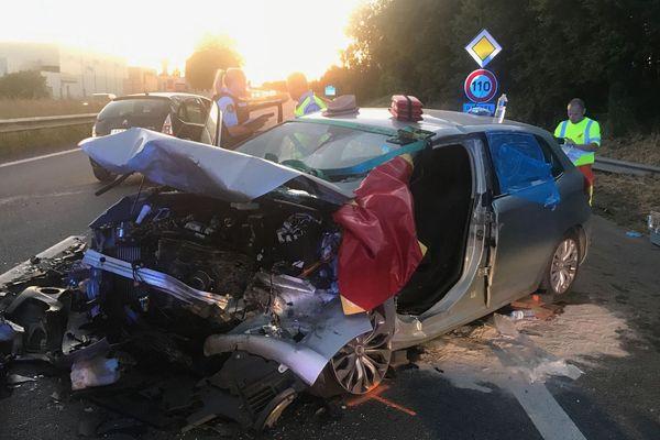 Dans cette voiture percutée par un véhicule à contresens sur la RN12, une femme et un adolescent ont été extraits en urgence relative