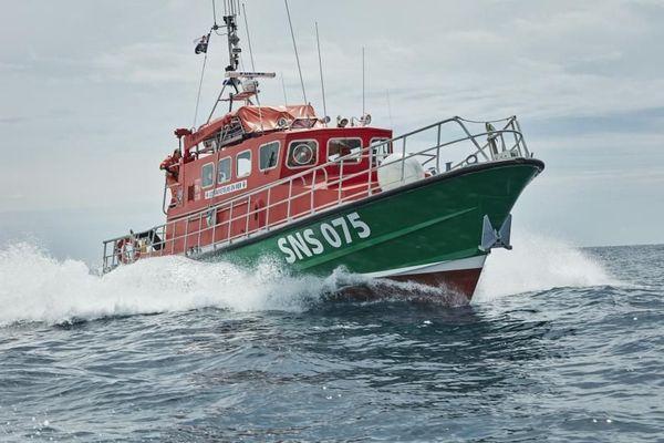 Le Bec de l'Aigle 2 est un canot insubmersible, médicalisé et équipé pour des interventions de plongée.