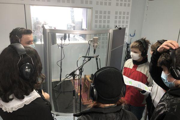 La classe de 4ème du collège Henri Morat dans le studio d'enregistrement d'Eddie Moreau.