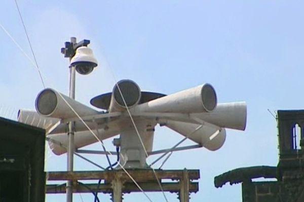 Les sirènes nécessitent d'être très puissantes pour être entendues dans toute la ville