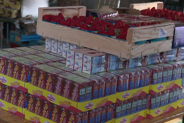 Des fraises et des boissons sucrées ont été données au collectif maison blanche.
