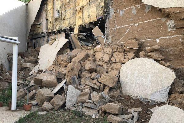 L'arrière de l'immeuble s'est effondré dans la cour des voisins avenue Gabriel Péri à Saint-Fons