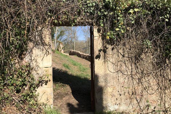 Comme un jardin secret, le parc Joly se cache derrière une simple porte à laquelle personne ne prête attention.