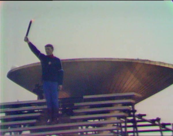 L'un des exemplaires de la torche olympique lors de la cérémonie d'ouverture des JO d'hiver en 1968.