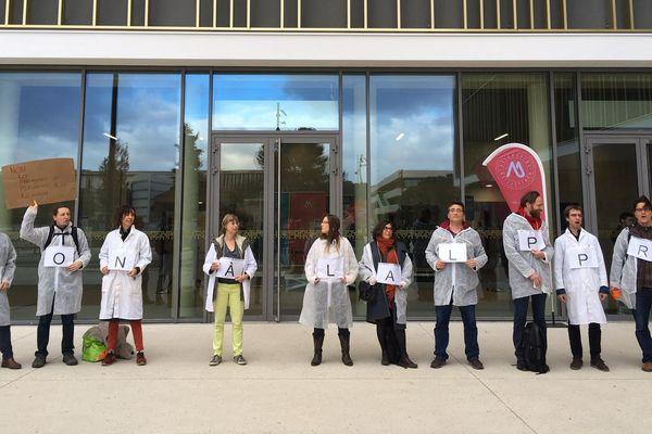 Des étudiants manifestant sur le Village des sciences ce 11 février 2020.