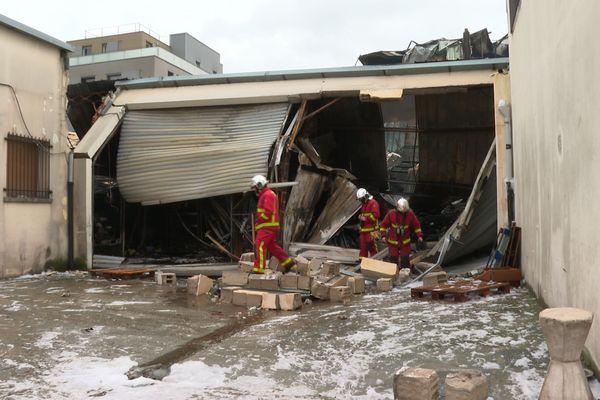 120 pompiers et 50 véhicules ont été nécessaire pour venir à bout de l'incendie d'un entrepôt à La Courneuve (Seine-Saint-Denis).