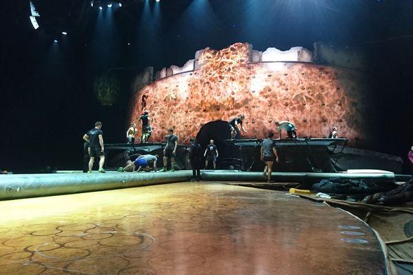 La scène du Zénith se transforme pour le spectacle du Cirque du Soleil