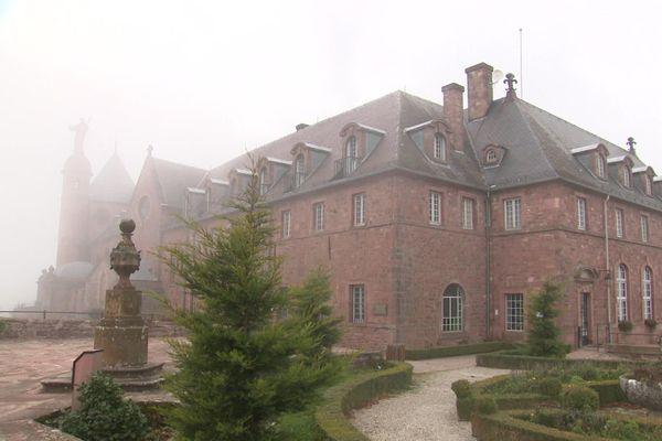 Le couvent du mont Sainte-Odile, perdu dans la brume hivernale de décembre 2020...