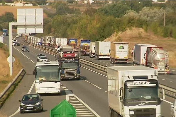 Une file de camions sur la RN10 en Charente.