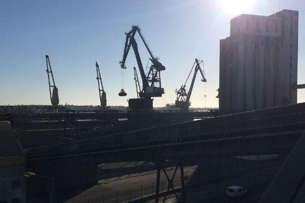 Les grues de déchargement des navires à quai, sur le port de Lorient