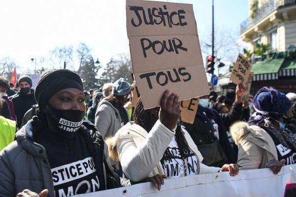 """""""Justice pour tous"""" écrit sur une pancarte brandie au cours de la manifestation, ce samedi 20 mars."""