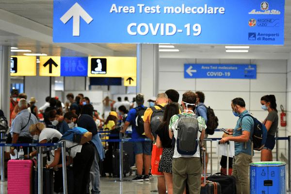 Des voyageurs dans la file d'attente pour se faire tester à l'aéroport Fiumicino de Rome le 16 août 2020.