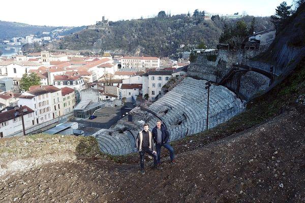 Après deux ans d'efforts, Stéphane Ogier et Pierre-Jean Villa touchent enfin au but. 2500 pieds de vignes vont être plantés sur ces coteaux.