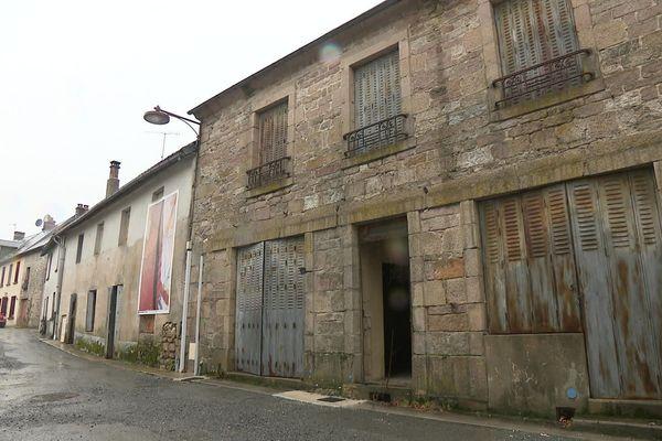 Des maisons inoccupées depuis une trentaine d'années dans le bourg de Faux-La-Montagne