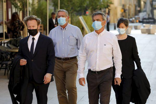 """Aix en Provence, le 7 juin 2021. Pascal Fauret et Bruno Odos et leurs avocats se présentent devant la Cour d'assises spéciale d'appel dans le cadre de l'affaire """"Air Cocaïne"""". Un mois plus tard, les deux pilotes sont blanchis."""