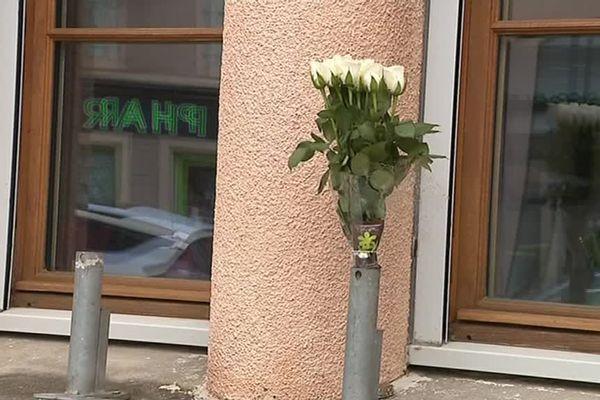 Des fleurs ont été déposée devant la mairie de Trèbes au lendemain de l'attentat du 23 mars.