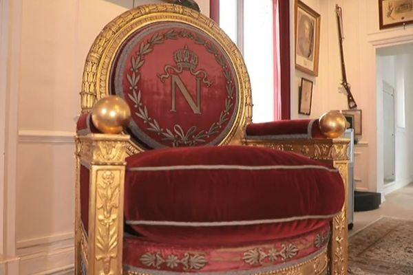Le « fauteuil de trône impérial », vendu par la maison Osenat, a été adjugé pour 500 000 euros à Fontainebleau dimanche.