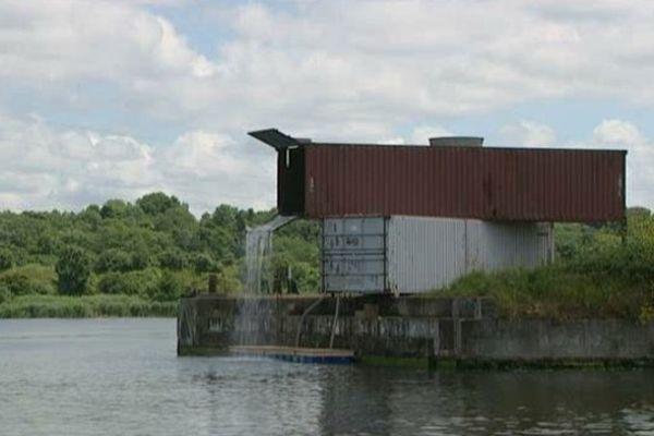 Des containers usagés transformés le temps d'une exposition en plein air entre Caen et la mer