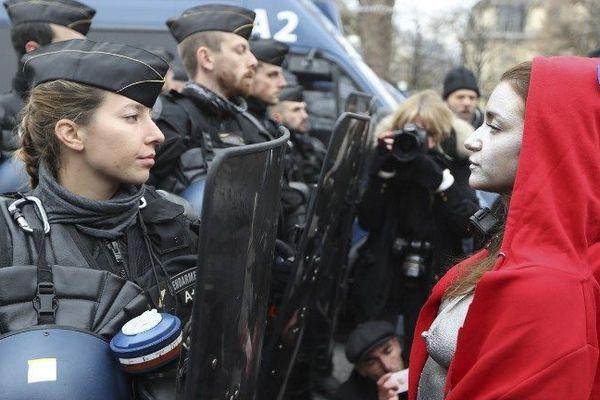 Face à face entre les forces de l'ordre et cinq femmes costumées en Marianne, lors de la manifestation des gilets jaunes à Paris. 15 décembre 2018.