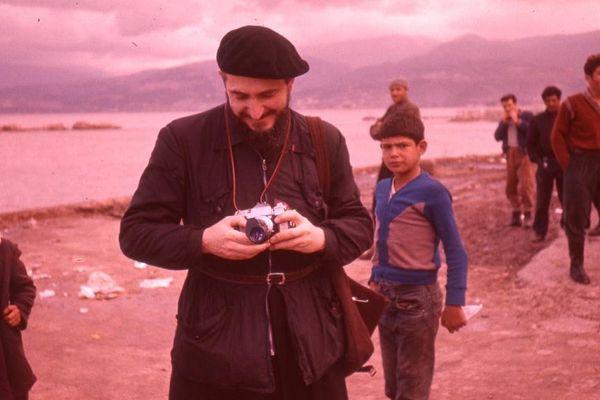 L'abbé Pierre lors d'un voyage au Liban en 1968.