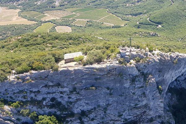 La croix du Pic Saint-Loup, vue d'hélicoptère.