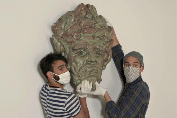 Avant l'ouverture, l'heure de la mise en place des oeuvres au Musée d'Art Moderne de Fontevraud. Ici, un masque d'Emile Müller