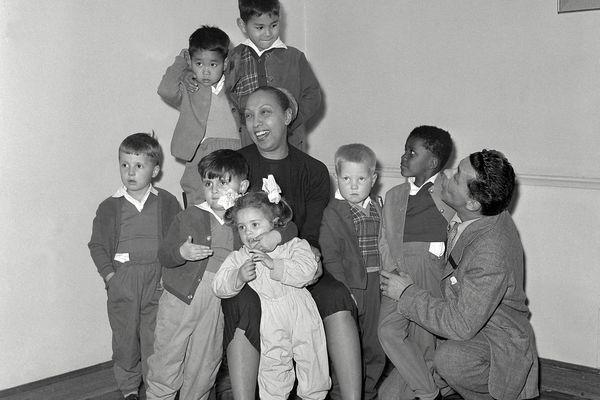 Joséphine Baker et son mari Jo Bouillon photographiés avec une partie de leurs enfants adoptifs, le 17 mars 1959 à Paris