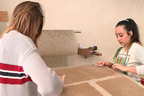 Les meubles sont entièrement construits à partir de carton et papier recyclé.