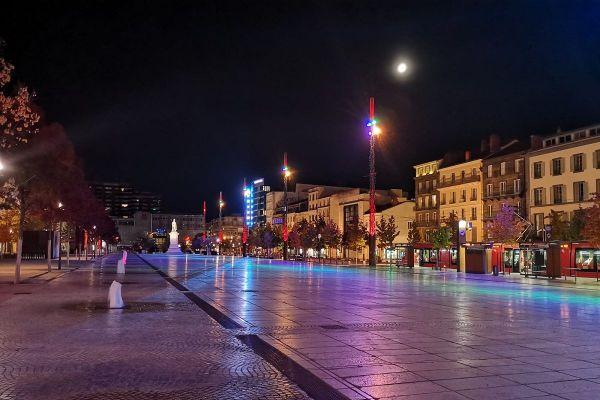 A Clermont-Ferrand, le couvre-feu lié au COVID 19 a laissé la place de Jaude déserte ce samedi 24 octobre, après 21 heures.