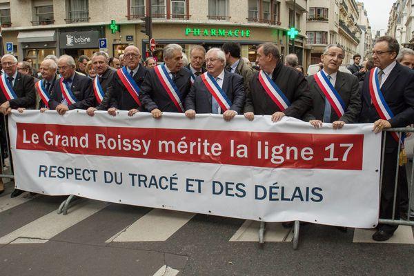 Une manifestation en octobre 2017 d'élus du Val d'Oise, de Seine-et-Marne et de Seine-Saint-Denis a l'appel de l'Association des collectivités du Grand Roissy (ACGR) pour la défense de la ligne 17 du Grand Paris Express.
