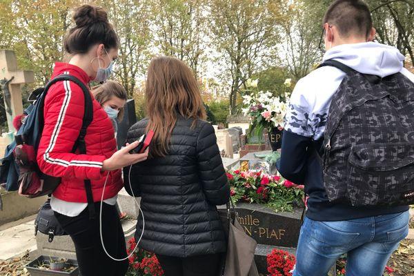 De gauche à droite, Emeline, Margot, Ana et Tiago, venus au Père Lachaise pour voir la tombe d'Edith Piaf et du peintre Géricault.