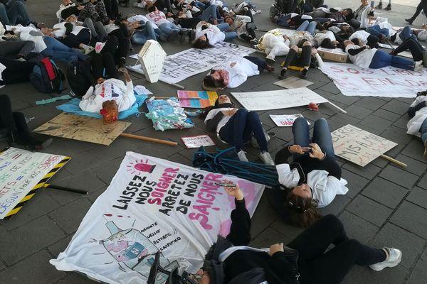 """03/02/2020. """"Laissez-nous soigner, arrêtez de nous saigner"""", le happening des blouses blanches à Marseille contre le projet de réforme des retraites."""