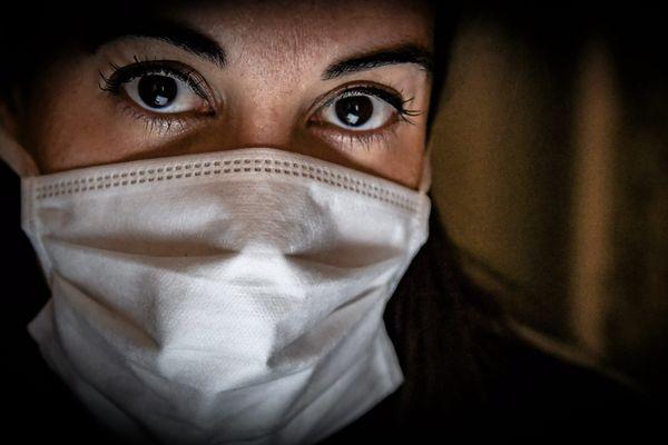 Image d'illustration montrant une femme portant un masque.