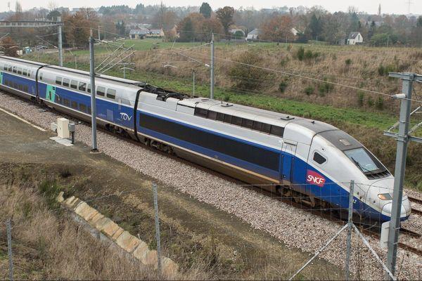 Un TGV Ouest à l'essai sur la nouvelle ligne entre Rennes et Le Mans