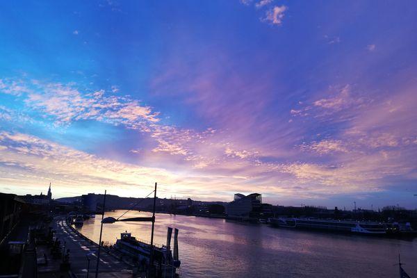 A Rouen, quand la Seine reflète toute la palette des couleurs d'un lever de soleil...