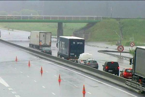 Inondations : le 31 mai 2016, près de 400 véhicules se sont retrouvés piégés sur l'A10 entre Orléans et Saran (Loiret)