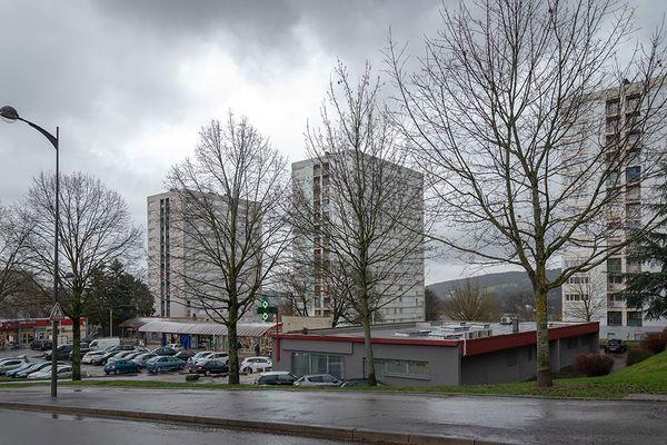 La place centrale du Montmarin regroupe commerces et services publics au pied des trois tours Cours Montaigne, à Vesoul