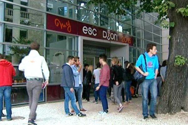 Etudiants devant l'Ecole de commerce àc Dijon