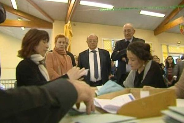 Gérard Gouzes (au centre) pendant le dépouillement des votes.