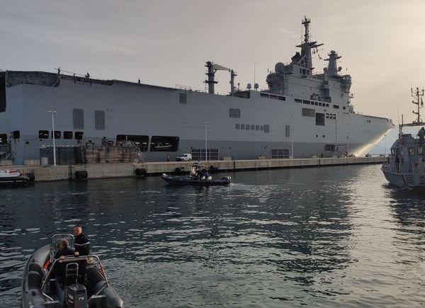 Le porte-hélicoptère Tonnerre dans le port d'Ajaccio à 7 heures, dimanche 22 mars.