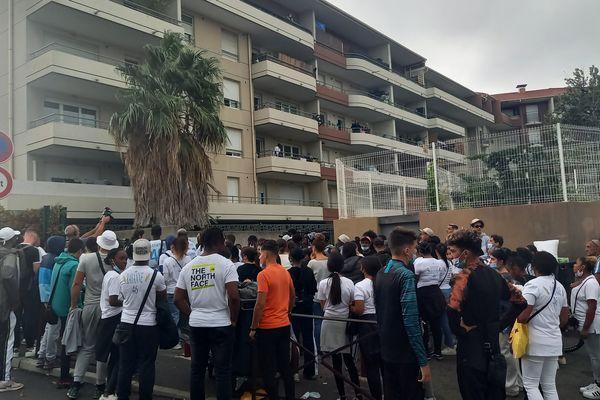 La marche blanche est passée là où Rayanne a été assassiné, dans le quartier des Marronniers, à Marseille.